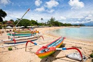 På dag 8 vågner du veludhvilet i Sanur – et af de mest populære strandområder på Bali.  Denne dag er til fri afbenyttelse, så du lægger selv programmet (hvis der over-hovedet skal være et).   Stranden i Sanur er meget familievenlig og en herlig badestrand. Med dens store, varme og klare laguner, er det et perfekt sted at svømme og snorkle – selvom du selvfølgelig også bare kan dase på stranden og nyde udsigten.   Sanur er også kendt for at have nogle af de smukkeste solopgange, du kunne forestille dig.   Kunne du tænke dig at opleve mere af Sanur, er du mere end velkommen til at følge med på vores cykeltur. Her står vi op inden solen går op, og starter med at cykle til Sanur strand, for at se solopgangen. Herefter cykler vi til det lokale marked, hvor vores lokalguide vil købe lidt lokale snacks – heriblandt banan pandekage og gule ris – som du kan smage.