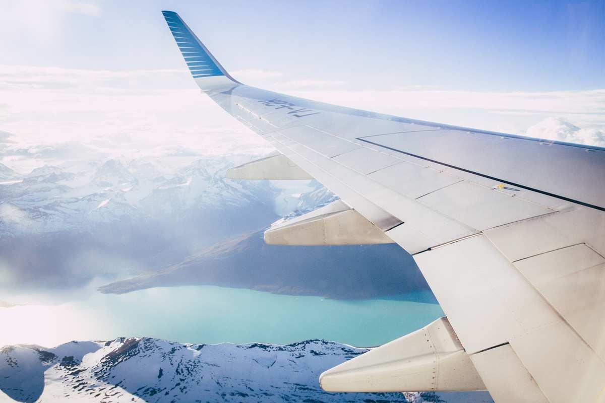 Flysæde bliver tildelt ved check-in. Ønsker du en bestemt plads i flyet, kan du på de fleste flyselskabers hjemmeside anvende online check-in og vælge din plads og/eller opgradere din plads.  Afhængigt af flyselskab, åbner online check-in 48-24 timer inden afgang.  Husk at denne service ofte er mod et gebyr, og at flyselskabet har al ret til at foretage eventuelle ændringer i reservationen.  Checker du ikke ind online, bliver du tildelt et flysæde ved check in i lufthavnen. Ved tildeling i lufthavnen, får du en plads, som er ledig, og du får ikke nødvendigvis en plads ved siden af din medrejsende.