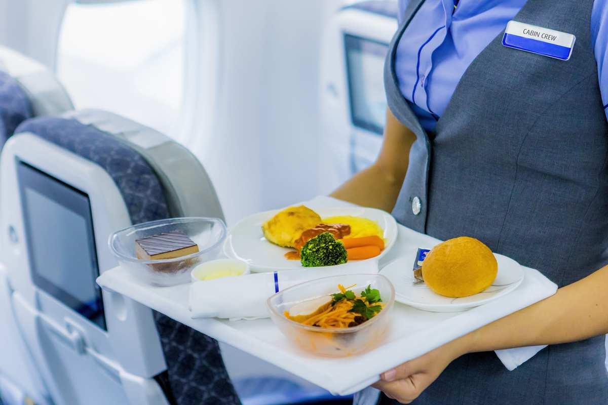 På vores rejser anvender vi rutefly. På lange oversøiske rejser er mad inkluderet i flybillettens pris, og ofte er vand, kaffe/te også med i prisen. Alkoholiserede drikke koster ofte noget og betales på flyet. Ønsker du et specielt måltid, anbefaler vi, at du vælger dette på flyselskabets hjemmeside, når du har modtaget din billet. Dette skal hos de fleste flyselskaber bestilles 45 dage inden afrejse, og kan være mod gebyr. Du kan også oplyse os om specielle måtider, når du bestiller din rejse.
