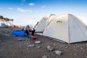 """Efter morgenmaden fortsætter vi opad i østlig retning på en halvdags vandring til Kibo Hut. Kibo Hut er placeret i """"sadlen"""" – hvilket man kalder det alpine ørkenområde, som ligger mellem toppene af Mawenzi og Kibo. Der er ikke noget vand i denne camp, men du har mulighed for at købe drikkevand og sodavand på campens kontor. Det er i nat, vi skal vandre videre til toppen. Derfor bliver en tidlig aftensmad serveret, og vi anbefaler, at du går i seng senest kl. 19:00."""