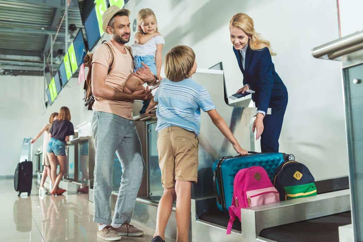 På dine rejsedokumenter eller e-ticket vil det altid fremgå hvilken tid check-in åbner - også på destinationen. Som udgangspunkt, skal man ankomme til lufthavnen to timer inden afrejse. Rejser du i højsæsonen og fra København, anbefaler vi, at du er der 3 timer før. Ved ankomst til lufthavnen, fremvises dit pas og flybillet til check-in personalet. Herefter modtager du dit boardingkort. Du modtager ligeledes dine bagagetags, som du skal gemme, indtil du har modtaget din bagage på destinationen. Er uheldet ude, og din bagage skulle gå i stykker, eller i værste tilfælde ikke komme frem, (det sker dog sjældent) skal personalet i lufthavnen bruge disse bagagetags. På mange flyvninger, er det muligt at udføre check-in online, og få sit boardingkort elektronisk. I dette tilfælde, vil det fremgå på dine rejsedokumenter eller e-ticket.   Vi anbefaler at du holder dig opdateret på skærmene i lufthavnen, i tilfælde af ændret gate eller afgangstider.