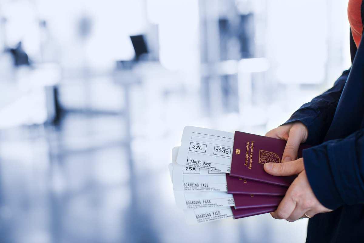 Du modtager din flybillet senest 2 uger inden du skal rejse. På flybilletten fremgår alt relevant information i forhold til bagage og hvor mange kg du må medbringe. Det er en god idé at printe en ekstra flybillet ud, som du kan medbringe på ferien.   I Danmark er det normalt, at man ankommer til lufthavnen to timer inden man skal flyve. Ferie med Formål anbefaler, at du møder 2,5 til 3 timer inden afgang, hvis du skal rejse i højsæsonen fra Københavns lufthavn. Ved ankomst til lufthavnen, fremvises dit pas og flybillet til check-in personalet. Herefter modtager du dit boardingkort. På boardingkortet kan du se, hvilken gate du skal gå til, når du skal gå ombord på flyet. Du modtager også bagagetags, som du skal gemme, indtil du har modtaget din bagage på destinationen. Er uheldet ude, og din bagage skulle gå i stykker, eller i værste tilfælde ikke komme frem (det sker dog sjældent), skal personalet i lufthavnen bruge disse bagagetags.  Vi anbefaler at du holder dig opdateret på skærmene i lufthavnen, i tilfælde af ændrede afgangstider og gateskift.