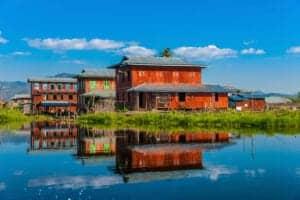Flyv fra Yangon til Heho Airport, der ligger ved Inle Lake. Kør herefter i en times tid for at nå til floden, hvor du skal ombord på en lille båd for at kommer over til den anden side. På turen over floden vil du se imponerende bådførere, der styrer båden og padler, mens de står på ét ben. Hertil er floden fuld af små flydende køkkenhaver og hjem for mange forskellige fuglearter, som enten trækker forbi, eller som kommer for at yngle.