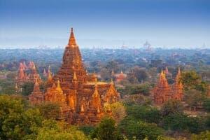 Efter morgenmaden kører vi til Yangon lufthavn, hvor vi flyver til Bagan - en gammel by, der huser 2.000 gamle templer og pagodaer. Når vi ankommer til Nyaung Oo lufthavn, tager vi direkte ud og besøger templerne, med start ved Nyaung Oo markedet. I løbet af dagen ser vi flere antikke bygninger som eksempelvis det imponerende Shwezigon Pagoda og det berømte Ananda Tempel.  Senere på dagen bliver det tid til at hoppe op på cyklen. Du vælger selv om du vil cykle på en almindelig cykel eller en elcykel. Her på dag 03 tager vi en afslappende eftermiddagstur. Vi forlader Bagan og cykler forbi det ene smukke tempel efter det andet, til vi ankommer til en udendørs tagterrasse, der byder på en enestående 360 grader udsigt ud over det smukke landskab. Køb en drink og nyd solnedgangen, der snart maler himlen orange.