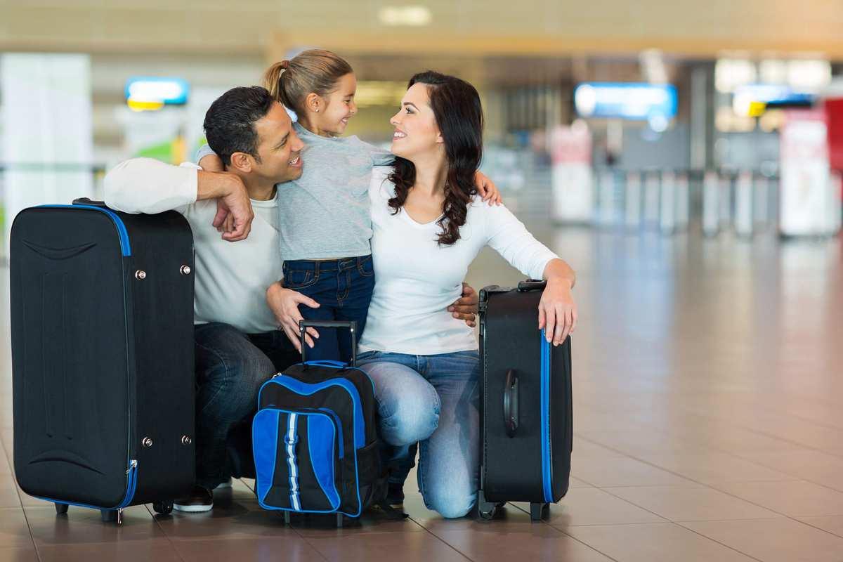 Hos Ferie med Formål har vi nøje udvalgt vores destinationer, så vi kan tilbyde dig den bedst mulige ferie, hvor du kan få alle de oplevelser med dig hjem, som du kunne tænke dig. På flere destinationer, har vi skræddersyet rejser, hvor du får lov til at opleve alle de spændende højdepunkter, som landet har at byde på. Derfor har vi valgt at arrangere indenrigs fly, så du nemt og hurtigt kan komme fra a til b. Indenrigsflyvningerne er inkluderet i rejsen. Det varierer, om du modtager billetten inden udrejse, eller om du modtager den på destinationen. Har du købt en færdig pakkerejse, vil vores lokale repræsentant sørge for, at du kommer ud i lufthavnen i regelmæssig tid inden afrejse. Tidspunktet for afhentning, modtager du af dem. Rejser du på egen hånd, anbefaler vi, at du kontrollerer flytiderne regelmæssigt, og sørger for, at være der i god tid. Vær opmærksom på eventuel trafik, der kan forsinke rejsen til lufthavnen. Ta gerne en trøje med til flyrejsen, da det ofte - pga. aircondition - kan være koldt inde i flyet.
