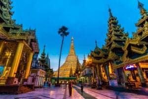 I dag skal vi rundt i det farverige og livlige gader i Yangon, for at se de mange kulturelle og historiske attraktioner, byen har at byde på.  Yangon er stadig én af de mest dynamiske og travle byer i Burma, selvom den ikke længere er hovedstad – og vi starter dagens program med at køre ind til centrum, hvor vi gør holdt ved det imponerende rådhus, som er omgivet af gamle, pittoreske gader og bygninger fra kolonitiden – og som derfor også er et perfekt sted at få taget nogle flotte feriebilleder. Herefter skal vi se den kolossale, liggende Buddha ved Chauk Htat Gyi Pagoda. Herfra vandrer vi langs Kandawgyi Lake.  Ud på eftermiddagen tager vi på Scott Market, som er et lokalt marked, hvor der bliver solgt alt fra gamle, antikke skulpturer til kunst og tøj. Efter besøget på markedet, når mørket er ved at sænke sig, bevæger vi os videre mod Burmas landmærke Shwedagon Pagoda – som du vil opleve, når den er absolut smukkest: når alle lysene ved den er tændt, og den gløder i tusmørket. Dette er den største buddhistiske attraktion i Burma, og det siges, at i pagodaen opbevares et par af Buddhas hårstrå og andre hellige relikvier. Spiret er hele 110 m højt og pyntet med diamanter og guldplader.
