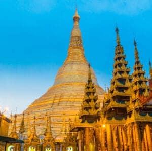I dag starter vi med en tur i Yangons travle gader, som snor sig mellem gamle bygninger fra kolonialtiden. Vi vandrer gennem det gamle havnedistrikt, hvor købmænd i dag har deres daglige gang. Om aftenen oplever du hvor smuk Shwedagon Pagoda er, når alle lysene ved den er tændt. Dette er den største buddhistiske attraktion i Burma, og det siges, at i pagodaen opbevares et par af Buddhas hårstrå og andre hellige relikvier. Spiret er hele 110 m højt og pyntet med diamanter og guldplader.
