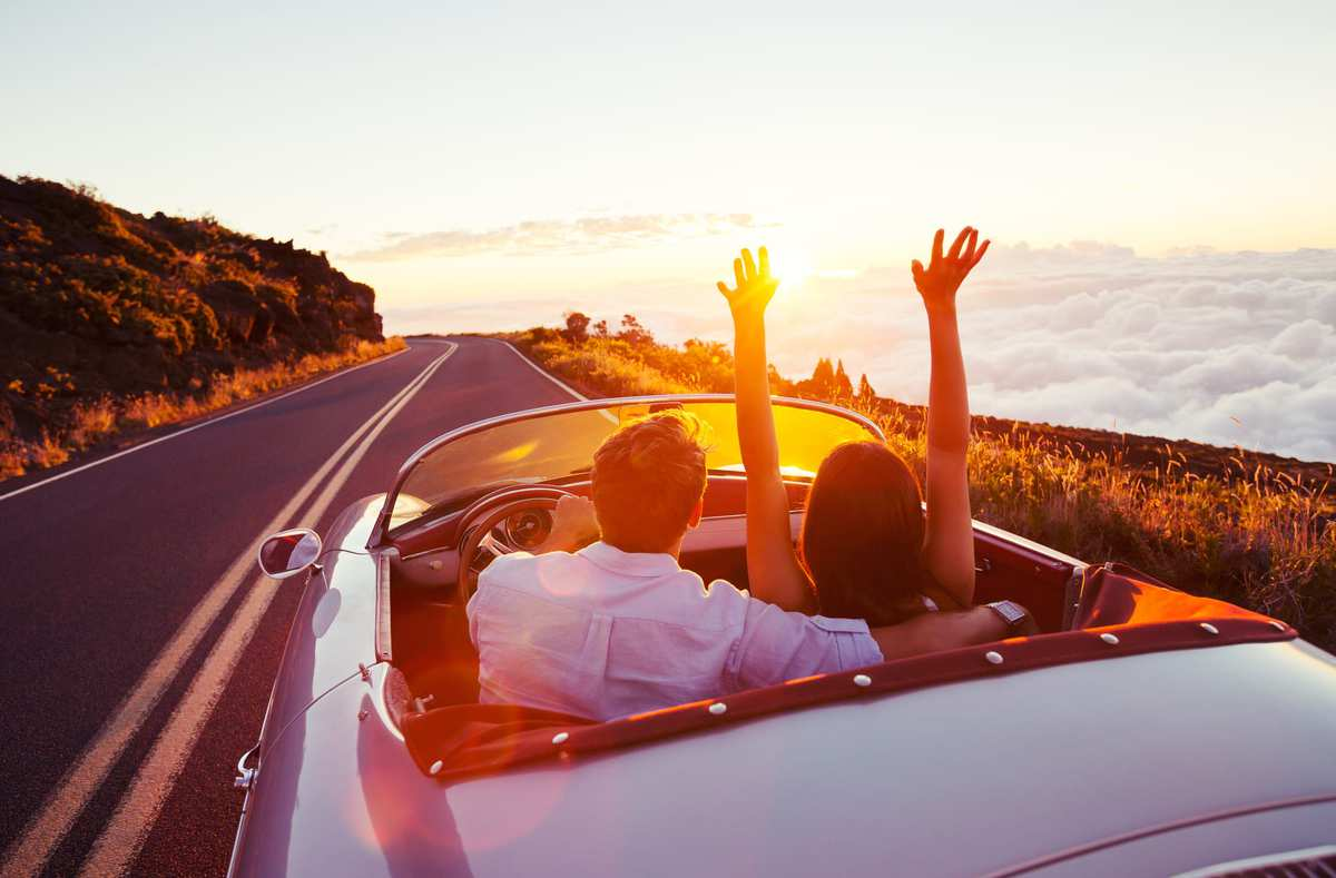 Ønsker du at leje et motorkøretøj på destinationen, anbefaler vi, at du tjekker din rejseforsikring, da denne kan inkludere en forsikring til leje af motorkøretøj. Vær opmærksom på, at ved leje af motorkøretøjer, beder udlejerne om et depositum. Depositummet betales ofte med kort, og er et beløb, der bliver reserveret eller trukket på dit kort. Beløbet bliver frigivet/tilbagebetalt efter endt lejeperiode, såfremt køretøjet ingen skader har.  Har du rejseforsikring, hvor leje af motorkøretøjer er inkluderet, kan du takke nej til udlejers tilbud om en forsikring, der eliminerer selvrisikoen (Denne forsikring hedder SCDW). Vær opmærksom på, at udlejer ikke kan se, om du har en rejseforsikring, der dækker motorkøretøjer, og at de derfor højst sandsynligt vil fortælle dig prisen for en eventuel skade.  Vær opmærksom på, at mange oversøiske lande har små lokale udlejere, hvor priserne er lave, men hvor der heller ikke er nogen forsikring på. Ferie med Formål anbefaler derfor ikke at leje motorkøretøjer uden for Europa. Kørslen kan også være meget anderledes, end vi er vant til i Danmark, hvilket for nogle vil være en utryg oplevelse.  Ønsker du alligevel at leje et motorkøretøj, anbefaler vi, at du kontakter store udlejere såsom Hertz, Avis, Europe Car og Sixt.