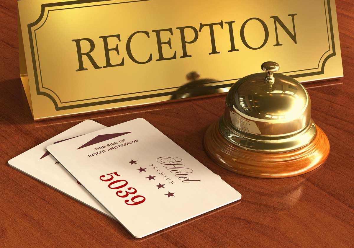Ifølge internationale hotelregler kan man som rejsende ikke forvente at få sit værelse før kl. 15:00. Check-out er iflølge samme regler senest kl. 12:00. Herefter har hotellet 3 timer til at gøre værelserne klar til de næste. Langt de fleste hoteller lever dog op til dette, og ofte får man værelser når man ankommer til hotellet.   Har man hjemrejse sent om aftenen, vil det i mange tilfælde være muligt at beholde værelset i længere tid. Dette kommer dog an på om hotellet er fuldbooket eller ej. Har hotellet et værelse tilgængeligt efter kl. 12:00, kan ekstra gebyr forekomme. Det kan også være, at man skal bytte til et andet værelse end det man har.