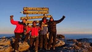 Har du ikke kombineret Kilimanjaro med en safarirejse eller en ferie på Zanzibar, bliver du kørt til lufthavnen efter morgenmaden.   Med dig hjem har du ikke bare en oplevelse for livet – du har opnået et mål, som rigtig mange ønsker at opnå i deres liv.   Du har besteget Kilimanjaro til fods. Ikke bare Afrikas højeste bjerg, men verdens højeste fritstående bjerg.  Skal vi ikke bare sige, at du kan rejse hjem med god samvittighed?
