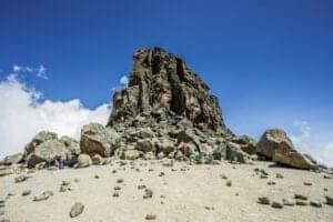 """Fra Moir Hut bevæger du dig østpå op ad en bjergkam mod toppen af Kibo.   Undervejs passerer du et kryds, hvorfra du fortsætter i en sydøstlig retning mod Lava Tower, også kaldet """"Shark's tooth"""".   Kort efter Lava Tower ankommer du til det næste kryds, som bringer dig op til Arrow Glacier. Herfra fortsætter du ned til Barranco Hut. Her gør du stop, får aftensmad og overnatter.   Selvom du ved dagens slutning befinder dig i nogenlunde samme højde som ved Moir Hut, er denne dag vigtig ift. akklimatisering, da den er med til at forberede din krop på at nå toppen."""