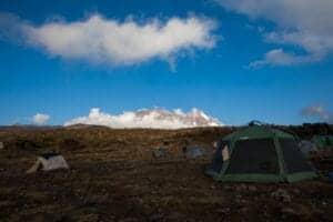 Denne spektakulære camp, som du skal hen til i dag, er placeret under Kilimanjaros nordlige gletsjere.  Turen til Shira 2 camp er en behagelig vandring øst over plateauet mod Kibos hvide tinde.   Campen ligger smukt placeret i englandskab ved bredden af et vandløb.   Herefter fortsætter du mod Moir Hut, som ligger ved foden af Lent Hills.   Herfra er det muligt at tage forskellige mindre gåture, som hjælper med akklimatiseringen.   Shira er et af verdens højeste plateauer.