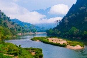 I dag kører vi mod Nong Khiaw. På turen dertil kommer du gennem de smukkeste landskaber, det nordlige Laos har at byde på. Vi gør også nogle stop ved nogle spændende sites på vejen. Blandt andet besøger vi byerne Whisky Village og Ban Sang Hai samt grotten Pak Ou Cave, inden vi ankommer til Ban Na Nyang, hvor de lokale er kendt for deres traditionelle måde at væve bomuld på.  Næsten alle hjem i landsbyen har deres egen væv, hvorpå de flittigt væver tørklæder, duge og andet pynt. Vævekunsten er blevet nedarvet fra generationer til generationer de seneste 300 år i Ban Na Nyang. De lokale i Ban Na Nyang tilhører den etniske minoritetsgruppe Tai Lue (LU), som migrerede ra Yunnan provincen og kom til området i 1700-tallet. I Yunnan er Tai Lue officielt en del af den etniske minoritetsgruppe Dai.