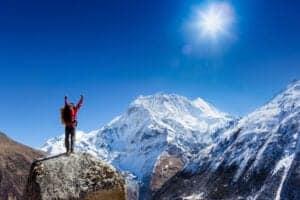 Dag 09: Fra Lobuche til Everest Base Camp via Gorakshep – og tilbage til Gorakshep I dag bliver en hård dag med et trek på 9 timer. Vi starter med at gå i 3 timer langs Khumbu-gletsjeren til Gorakshep, hvor vi spiser frokost. Efter frokost går vi mod Everest Base Camp, som ligger i 5.350 meters højde. Vi skal ud på en rute, der tager 5-6 timer at gå, for at komme til Everest Base Camp, og vi går både langs og på gletsjeren samt på morænebakker. Nyd den storslåede udsigt ved Everest Base Camp, inden vi returnerer til Gorakshep, hvor vi skal overnatte i 5,170 meters højde.