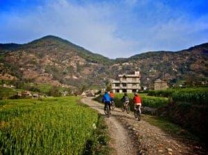 Den første del af dagens rute er en flad strækning med undtagelser af nogle få mindre bakker. Vi cykler ca. 20 km for at nå hovedvejen Baglund i Beni, hvor vi pakker vores cykler i en bil, der står klar til at køre os til Naudanda, så vi undgår at skulle cykle langs hovedvejen. Fra Naudanda cykler vi 18 km til Pokhara via Sarangkot, som er ét af de mest populære udsigtspunkter i Pokharaområdet. I Pokhara checker du ind på dit hotel, hvorefter du har resten af dagen til at slappe af.