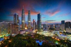 """I dag skal vi på en halvdagstur rundt til Malaysias mest ikoniske tårne. Vi starter ved Petronas Twin Towers, som er det højeste sæt af tvillingtårne i verden. De er inspireret af den tidligere malaysiske premierminister Tun Mahathir Mohamads vision, og er et internationalt anerkendt mesterværk, der symboliserer hvordan Malaysia kaster sig ud i fremtiden.  Herfra kører vi til Menara Kuala Lumpur - eller """"KL Tower"""", som de også kaldes - for at nyde en ekstravagant frokost 285 m over jorden på den roterende restaurant """"Atmosphere 360"""". Her kan du nyde en spektakulær udsigt ud over byen, imens du får serveret en eksklusiv kombination af moderne og autentiske malaysiske og internationale retter. Menuen byder på et udsøgt udvalg af appetitvækkere, såsom den thailandske papayasalat og vietnamesiske forårsruller, og varme retter som består af alt frafrisklavet masala med lam, stegte chilikrabber og andre a-la-minut retter.  Resten af eftermiddagen og aftenen er på egen hånd. Vi overnatter i Kuala Lumpur."""