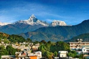 """I dag kører vi i 5-6 timer til byen Pokhara, som takket være sin skønhed er én af de mest populære turistdestinationer i Nepal. Byens nordlige skyline byder på en fantastisk udsigt til Himalaya. Med sin friske bjergluft, udsigten til snebeklædte tinder og omkringliggende krystalklare floder og frodige bevoksning, lever byen i dén grad op til sit tilnavn: """"the jewel in Himalaya"""" – for det er i sandhed en by med en bemærkelsesværdigt smuk natur. Tilbring dagen i byen med at udforske området omkring søbredden, som har mange hyggelige, små butikker, eller tag på en bådtur i Fewa Lake."""