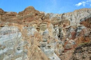 I dag har vi en både udfordrende og sjov rute foran os. Vi skal op over to bjergpas, som begge ligger i over 4.000 meters højde. De stejle stigninger belønnes til gengæld med sjove, nedadgående ture på single tracks og smukke udsigter. På vejen ser vi også den længste mani wall i Mustang, før vi kommer til Ghami (3.520 m), hvor vi skal overnatte.