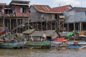 Dagen i bruger vi sammen med de lokale. Vi kører til Tonle Sap Lake og sejler mod det skjulte Khmer-området Kompong Phluk. Området har tre landsbyer, der alle har det til fælles, at de er bygget på pæle, der måler 6-8 meter i højden, så husene ikke bliver oversvømmet i regnsæsonen. Området har 3.000 indbyggere, som lever af at dyrke fisk og grøntsager på flydende farme.  I løbet af dagen sejler vi gennem mangroveskove. En mangroveskov er en skov, som består af plantearter, der kan overleve i saltvand, og som man kun finder i tropiske og subtropiske kystområder. Disse skove beskytter kysten, da deres rodnet forhindrer, at bølgerne nedbryder kysten. Hertil udgør de et unikt økosystem med et spændende dyreliv. Især fuglelivet i mangroveskovene er spektakulært. Og vær på vagt – makakaberne er også at finde i mangroveskovene. Herefter kører vi mod Chansor Village. Vi stopper i udkanten af byen, hvor vi hopper ombord på en oksekære, som kører os gennem markerne hjem til en Khmer-familie, som vil vise dig, hvordan de laver de sivkoste. Efter en simpel, lokal Khmer-frokost er der tid til flere lokale aktiviteter, inden vi kører tilbage til Siem Reap. Det, du har betalt for denne dags aktiviteter, går direkte til lokalsamfundet – og dermed er du med dit besøg med til at støtte den lokale udvikling. Inden vi kommer tilbage til hotellet, gør vi stop ved et buddhistisk tempel, hvor vi får en velsignelse af munkene.