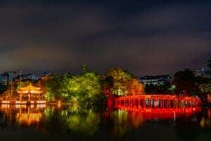 """Vi bruger dagen i dag på at besøge Hanois mest populære attraktioner og skjulte perler. Vi starter ved Ho Chi Minh-mausoleet, som er en imponerende bygning, hvor den tidligere højtærede præsident, Ho Chi Minh, som ledede Vietnams kampagne for uafhængighed af kolonistyret, hviler. Herefter fortsætter vi til templet for litteratur og til en gammel samling af gårde, haver og arkitektur bygget i hyldest til den kinesiske filosof Confucius. Templet er tilbage fra 1070 og med dets knap 1.000 år på bagen, er det det ældste tempel i Vietnam.  Til frokost får vi et traditionelt vietnamesisk måltid med et moderne twist på Home Restaurant, som er et hyggeligt spisested beliggende i de rolige omgivelser ved Truc Bach Lake-området. Restauranten serverer både utroligt lækker mad og byder på en spændende atmosfære. Restauranten ligger nemlig i en gammel fransk bygning, som er tilbage fra dengang Hanoi var under fransk kolonistyre, og indretningen er en fusion af fransk landkøkken og vietnamesisk elegance.  Efter frokosten bevæger vi os lidt væk fra turistområderne i Hanoi og ind til det gamle kvarters 36 gader, der hver især er opkaldt efter det, der bliver solgt i den pågældende gade. Undervejs går vi gennem nogle af de få gader, der er tilbage, og som stadig sælger det, som gaden er opkaldt efter – som for eksempel Tin Street og Bamboo Street.   Vi kommer forbi forskellige templer og traditionelle huse, hører historier om den antikke by og møder de lokale, som bor der. Herefter bliver det tid til en kop stærk vietnamesisk kaffe, som vi nyder med udsigt til Hoan Kiem-floden.  Efter kaffen tager vi et smut ud på floden og besøger Ngoc Son Temple, som ligger på en lille ø i en sø midt i byen.   Vi afslutter dagen med et traditionelt """"Water Puppet Show"""" inden vi tager tilbage til hotellet og slapper af.   Om aftenen mødes vi atter med guiden, som kører os til togstationen. I nat overnatter vi i toget på vej mod Sapa."""