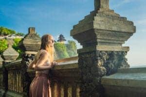 """Bali er en kendt ø på mange forskellige områder. Øen har en pragtfuld natur, skønne strande, fascinerende templer og ruiner, et rigt dyreliv, formidabel kunst og farverige byer og festivaler. Mange rejser til Bali for at opleve én eller flere af disse. Men uanset hvorfor, man rejser til Bali, så er der én ting, som alle kommer hjem med: Nemlig helt fantastiske, smukke billeder.   I dag besøger vi øens mest fotovenlige steder sammen med en professionel fotograf. Uanset om du er fotograf, influencer eller bare er glad for at tage billeder i fritiden, vil du få nogle helt fantastiske billeder med hjem.    I løbet af dagen besøger vi Uluwatutemplet. Templet er placeret på toppen af en stejl klippe og giver derfor en fantastisk udsigt. Herefter kører vi til en skjult klippe, hvor vi sætter et hyggeligt picnicbord op. Her tager vi nogle billeder med det azurblå hav i baggrunden.   Næste stop bliver på en af Balis hip beach clubs, hvor der er swimmingpool til rådighed. Her spiser vi frokost – og du har mulighed for at tage nogle lækre badeferiebilleder i eller ved poolen.  Sidste stop bliver ved den smukke Pedang Pedang-strand, som har kridhvidt sand og krystalklart vand. Her kan du i den """"gyldne time"""" (solnedgangen) tage nogle helt fantastiske feriebilleder. Efterfølgende kan du nyde solen, der går ned i horisonten."""
