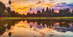 Velkommen til Cambodia. Når du har fået din bagage, står vores lokale engelsktalende repræsentant og tager imod dig. Fra lufthavnen bliver du kørt til dit hotel, Lub d Cambodia, som ligger midt i Siem Reap. Uanset hvilken tid på døgnet  du ankommer, vil du altid kunne finde på noget at lave;  I løbet af dagen kan du gå en tur i Siem Reap, tage på opdagelse med en cambodjansk tuk-tuk eller ligge og dase ved poolen.   Om aftenen åbner byen op for et skønt natteliv, hvor du bl.a. kan tage med til et lokalt Khmer marked.   Her kan du smage på det traditionelle Khmer køkken.   Kunne du tænke dig en drink, byder Siem Reap på en masse små pubs rundt omkring på den populære Pub Street.   Du burde også prøve en cocktail på den populære Miss Wong Cocktail Bar eller Sokkhak River Lounge.