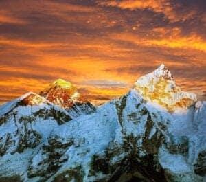 Dagen i dag byder på et kort trek på ca. 2 timer. På vejen til Annapurna Base Camp følger vi en gradvist stigende rute, som går langs den venstre biflod til Modi Khola. Når vi når frem, byder Annapurna Base Camp os velkommen med en storslået udsigt til Annapurnas klipperygge og solnedgangen over Himalaya i 4.130 meters højde – tillykke! Du er nået turens top. Vi overnatter i et lokalt tehus – i morgen begynder turen tilbage.
