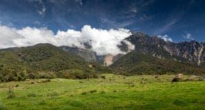 """Efter morgenmaden går turen mod Kinabalu Park. På vejen dertil kører vi forbi det bjergrige """"Crocker Range"""", og du vil opleve spektakulære panoramaudsigter til landskabet flere steder på ruten. Undervejs har du blandt andet udsigt til Sydøstasiens højeste bjerg, Mount Kinabulu. Dette smukke, bjergrige landskab går senere i ét med Kinabalu-parken, som også er omgivet af frodig flora og fauna. Turen vil med andre ord blive en helt fantastisk oplevelse for dig, der elsker naturen.  Nyd synet af Malaysias første verdensarvlistede område samt UNESCOs Biosfærereservat. Vi overnatter i parkens hovedkvarter, som er placeret ca. 1.500 meter over havet."""