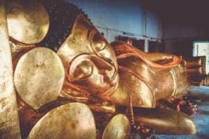 Chiang Mai er én af de største byer i Thailand og både økonomisk og kulturelt centrum for det nordlige Thailand. Byen rummer mange gamle, imponerende buddhistiske templer, som hver har deres eget helt unikke udtryk – og i dag skal du ud og se nogle af de smukkeste af dem. Første stop på dagens rundtur er Wat Phrathar Doi Suthep, som er ét af de vigtigste templer i landet. Templet blev bygget i 1386 og ligger på toppen af et bjerg med en helt fantastisk udsigt ud over byen. Det er op til dig, om du vil udfordre dig selv med en tur op ad de 300 smukt udskårne trin, eller om du vil tage en sporvogn op.  Herefter nyder du en lækker frokost i skyggen af store træer på en charmerende restaurant, der ligger lige ud til floden. Når du har spist, hopper du ombord i en rickshaw for at komme til Waroros Market, hvor du har god tid til at gå på opdagelse mellem de mange boder, som bl.a. sælger blomster, silke og lokalt kunsthåndværk. Dagen slutter med et besøg ved de to smukke templer Wat Srisuphan og Wat Chedi Luang.