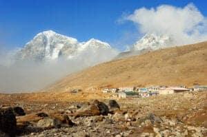 Dag 08: Fra Dingboche til Lobuche I dag går vi gennem en bred dal, som ligger for foden af de imponerende tinder Cholatse og Tawache. Vi drejer til højre og går op ad en stejl sti mod Khumbu-gletsjeren. Langs gletsjeren følger vi en knapt så stejl rute, som fører os gennem et spændende landskab med mange stendysser. Dagens destination er den lille klynge af huse, Lobuche, som ligger i 4.930 meters højde.