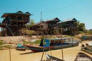 Dagen i bruger vi sammen med de lokale. Vi starter med en god morgenmad, inden vi kører til Tonle Sap Lake, hvor vi sejler mod den skjulte Khmer-landsby Kompong Phluk. Området har tre landsbyer, der alle har det til fælles, at de er bygget på pæle, der måler 6-8 meter i højden, så husene ikke bliver oversvømmet i regnsæsonen. Området har 3.000 indbyggere, som lever af at dyrke fisk og grøntsager på flydende farme.   Under besøget sejler vi gennem mangroveskove, som består af plantearter, der kan overleve i saltvand, og som man kun finder i tropiske og subtropiske kystområder. Disse skove beskytter kysten, da deres rodnet forhindrer, at bølgerne nedbryder kysten. Hertil udgør de et unikt økosystem med et spændende dyreliv. Især fuglelivet i mangroveskovene er spektakulært. Og vær på vagt – makakaberne er også at finde i mangroveskovene.  Herefter kører vi mod Chansor Village. Her vil du blive en del af Khmer-folket for en dag. I løbet af dagen vil du besøge nogle af landsbyens familier, som blandt andet vil vise dig hvordan de laver sivkoste. Har du lyst, kan du efterfølgende selv få lov til at prøve at lave en sivkost. Ikke nok med det – du får også mange andre lokale oplevelser i løbet af dagen, når du bliver guidet gennem landsbyen, hvor du vil møde lokale landmænd og fiskere.  Efter den guidede tur tager vi tilbage til midtpunktet af landsbyen, hvor der vil blive serveret en lækker lokal frokost, der er lavet af friske råvarer fra områderne rundt om landsbyen – og det bliver et måltid, du sent vil glemme! Efter frokosten er der tid til flere lokale aktiviteter, inden vi kører tilbage til Siem Reap. Inden vi kommer tilbage til hotellet, gør vi stop ved et buddhistisk tempel, hvor vi får en velsignelse af munkene.