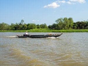 Vi forlader Ho Chin Minh om morgenen, og rejser i cirka to timer for at komme til Cai Be, som er port til Mekong-deltaet. Her hopper vi ombord på en lille båd og sejler langs de snoede vandveje for at se, hvordan livet langs deltaet forandrer sig. Vi gør stop ved Dong Phu og An Binh, hvor du kan se små, hjemmebaserede fabrikker, der producerer olie, slik og kokosvin. Herefter besøger vi et fransk kolonialhus, der er mere end 150 år gammel. Efter et hurtigt frokoststop går vi ombord på en ny båd og sejler mod havnen i Vinh Long. Herfra kører vi til Can Tho, hvor vi ankommer sent ud på eftermiddagen.