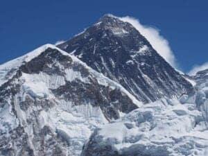 I dag skal vi tidligt op for at trekke til Kala Pattar, som ligger i 5.550 meters højde, hvor vi skal se en helt fantastisk solopgang med udsigt til Everestområdet. Herefter trekker vi tilbage til Gorakshep, hvor vi spiser morgenmad. Efter morgenmaden begynder vi nedstigningen. Vi følger den samme vej nedad, som da vi gik op, og kommer forbi Duglha på vej til dagens destination, Pheriche, som ligger i 4.240 meters højde. Dagens trekking løber samlet set op i 8 timer.