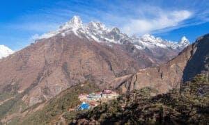 I dag skal vi ud på et smukt 6 timers trek. Først går vi med floden langt under os og med udsigt til Khumbu-tinderne og Everest. Herefter skal vi nedad til floden ad en stejl sti, for så igen at gå opad gennem skovområder til det sagnomspundne Tyangboche-kloster, som ligger i 3.860 meters højde.