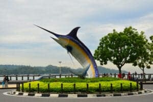 Velkommen til Borneo. Når du ankommer og har modtaget bagagen, bliver du taget imod af vores lokale, engelsktalende repræsentant.  Fra lufthavnen bliver du kørt til dit hotel, hvor resten af dagen går med afslapning, så du kan komme dig efter flyrejsen.