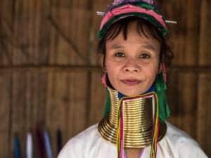 """Efter morgenmaden bevæger vi os mod Hill Tribe-landsbyerne Akha og Yao. Akha-stammen, som oprindeligt er fra Tibet, er én af de fattigste stammer blandt Thailands etniske minoriteter. Yao-stammen, som oprindeligt er fra Kina, har stadig kinesiske traditioner og anvender blandt andet kinesiske bogstaver, når de kommunikerer skriftligt.  Vi fortsætter mod Chiang Saen, som ligger langs Mekong-flodens bred. Vi fortsætter mod """"Den gyldne trekant"""", og bevæger os igennem gamle ruiner tilbage fra Chiang Saen-kongeriet. Ruinerne er helt tilbage fra år 1325. Når vi ankommer til """"Den gyldne trekant"""", har du udsigt til 3 lande: Thailand (hvor du befinder dig), Burma (til venstre) og Laos (til højre). Det er også her, Ruak floden løber sammen med Mekong-floden. Vi besøger efterfølgende museet The Opium House (""""opiumhuset""""). Her får du et indblik i opiummens historie i Thailand samt dets konsekvenser for befolkningen.  Sidst på eftermiddagen tager vi til Lanjia Lodge, hvor Lanjia-personalet tager imod dig og hjælper dig med check-in. Her får du et indblik i Hill Triben Hmongs kultur. Det bliver en aften fyldt med kultur, tradition, sang og dans efterfulgt af et måltid mad. Vi overnatter på Lanjia Lodge."""