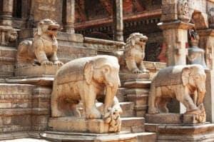 Efter en afslappet morgenmad tager vi ud til lufthavnen, hvor vi tager en kort, smuk flyrejse på 30 minutter tilbage til Katmandu. Ved ankomst til Katmandu, checker du ind på dit hotel. Herefter tager vi ud og ser én af de smukkeste og ældste tempelbyer i Katmandu Valley: Bhaktapur. Her kan du opleve både arkitektur og kunst fra middelalderen.