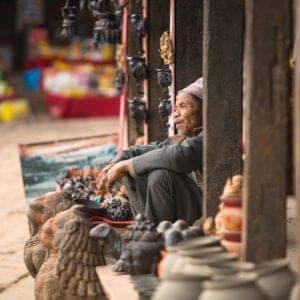 Efter morgenmaden kommer guiden og henter dig for at tage dig med ud på en sightseeingdag i Katmandu. Byen repræsenterer et fantastisk miks af hinduisme og buddhisme, og i dag skal vi rundt og se tre af byens største attraktioner: Boudhanath, Swyambhunath og Kathmandu Durbar Square. Alle tre er på UNESCO's verdensarvliste.  Swayambunath, som også bliver kaldt for Monkey Temple, er den ældste stupa i Kathmandu Valley: den er over 2.000 år gammel. Templet ligger på toppen af en bakke, hvorfra man har smuk udsigt til det meste af byen, og det siges, at det var fra dette sted, Katmandus herlighed strømmede, dengang byen blev til.  Boudhanath er den største stupa i Kathmandu Valley og én af de smukkeste, kulturelle bygninger i Nepal. Den er bygget på en oktagonal platform tilbage i det 8. århundrede og ligger langs den gamle handelsrute til Tibet. I mange hundrede år var stupaen et fast stop på ruten for tibetanske købmænd, som både hvilede sig og bad her.  Ved Kathmandu Durbar Square, som er det gamle, royale paladsområde, får vi set templer, slotsgårde og noget af den smukkeste Newararkitektur og -kunst, Katmandu har at byde på. Her besøger vi også den levende gudindes tempel, Kumari Ghar. Kommer vi på det rette tidspunkt, vil vi kunne se hende hilse på befolkningen fra sin balkon ved templet.