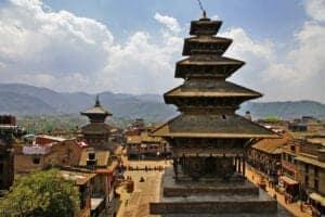 Efter en afslappet morgenmad tager vi ud til lufthavnen, hvorfra vi flyver tilbage til Katmandu (turen tager ca. 30 minutter). Ved ankomst til Katmandu, checker du ind på dit hotel. Herefter tager vi ud og ser én af de smukkeste og ældste tempelbyer i Katmandu Valley: Bhaktapur.
