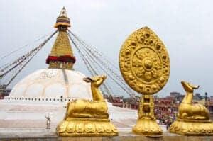 Efter morgenmaden kommer guiden og henter dig for at tage dig med ud på et sightseeingdag i Katmandu. Vi skal rundt og se fire af de største attraktioner, området har at byde på: Boudhanath, Swyambhunath, Pashupatinath Temple og Kathmandu Durbar Square.  Boudhanath er den største stupa i Kathmandu Valley og én af de smukkeste, kulturelle bygninger i Nepal. Stupaen er fra det 8. århundrede og ligger langs den gamle handelsrute til Tibet. I mange hundrede år var stupaen et fast stop på ruten for tibetanske købmænd, som både hvilede sig og bad her.  Swayambunath, som også bliver kaldt for Monkey Temple, er den ældste stupa i Kathmandu Valley. Swayambunath ligger på toppen af en bakke, hvorfra man har smuk udsigt til det meste af byen, og det siges, at det var fra dette sted, Katmandus herlighed strømmede, dengang byen blev til.  Pashupatinath Temple er et berømt, helligt hinduistisk tempelkompleks, der ligger tæt ved den hellige flod Bagmati. Komplekset er hovedsæde for Pashupatinath, som er herre over alle dyr og en inkarnation af hinduguden Shiva. Kathmandu Durbar Square ligger foran ét af det tidligere kongeriges gamle paladser. Pladsen rummer templer, slotsgårde og noget af den smukkeste Newararkitektur og -kunst. Efter dagens sightseeing gennemgår vi trekkingprogrammet.