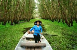 I dag har vi en tidlig start på programmet, da vi skal med båd til det flydende marked i Can Tho. Her oplever vi alle sælgerne, der handler med deres varer, blandt både der er fyldt med frugt, grøntsager og husholdningsartikler. Herfra er det afsted til Chau Doc, som er en søvnig grænseby ved floden ca. tre timers kørsel fra Can Tho.  Fra Chau Doc sejler vi med båd gennem uendelige vandveje dækket af mangrover og andre frodige grønne omgivelser til Tra Su-skoven. Denne økoreserve spænder over 850 hektar og er et tilflugtssted for fauna og flora - med mere end 100 arter af vandfugle og store kolonier af flagermus. På vej til skoven besøger vi en lille landsby, der huser en Khmer-gruppe. Her lærer du om buddhismens betydning i samfundet, og du får mulighed for at hilse på munkene i det lokale kloster.