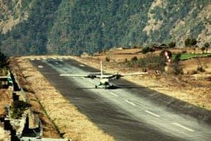 I dag står vi tidligt op for at tage ud på en kort og utroligt smuk flyvetur til Jomsom. Når vi lander i Jomsom, spiser vi morgenmad og klargør vores cykler – og så er det afsted! Dagens rute er 14 km lang og starter i 2.700 meters højde. Vi starter med at cykle opad langs Kaligandaki River, hvorefter ruten flader ud. Når vi ankommer til dagens destination, den smukke landsby Kagbeni, som ligger i 2.800 meters højde, har vi tid til at udforske byen og det smukke kloster Kag Chode Thubten Samphel Ling Monastery, inden vi skal have aftensmad og i seng.