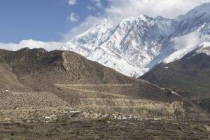 I dag fortsætter vi turen tilbage. Først cykler vi hen over to bjergpas, som begge ligger i over 3.500 meters højde, til Chhusang. Herfra følger vi jeepspor tilbage til Jomsom, hvor vi har resten af dagen til at slappe af.