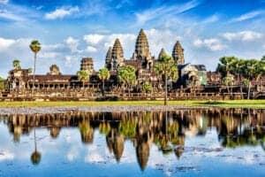 Besøger man Cambodia, er et besøg ved de antikke Angkor-ruiner næsten obligatorisk.  Efter morgenmaden på dag 2, starter vi derfor dagen med Cambodias mest populære attraktion: Angkor Wat.   Herefter cykler vi videre til den sydlige del af Angkor, hvor vi finder Bayon Temple. Her vil du blive taget imod af kæmpemæssige sten med smilende ansigter indgraveret i sig.   Vi fortsætter gennem skoven til det hellige reservoir, French Dam, og videre til det smukke, uberørte tempel, Ta Nei Temple.   I løbet af eftermiddagen nyder vi en traditionel frokost på en lokal restaurant tæt på Sra Srang, den tidligere royale dam.  Herefter forsætter vi til Ta Prohm, et magisk, antikt tempel, som bliver holdt sammen af en gigantisk rod fra et gammelt banyan træ.  Her får du virkelig at se, hvordan antik arkitektur og natur går i ét. Efter en aktiv dag på cykel, vender vi tilbage til hotellet  til en velfortjent aften med ren og skær afslapning.   Her kan du tage lidt koldt at drikke med på vores solnedgangssejltur, som foregår i en traditionel gondola. Ruten, som er en behagelig tur ned langs vandet, fører dig til  landstenstemplet Prasat Chrung, der er helt tilbage fra i 1100-tallet.   Nyd din drink imens solen går ned bag dette majestætiske tempel.