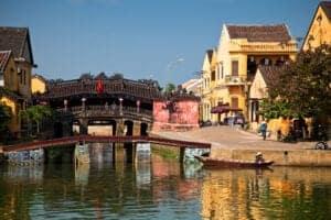 """I dag kører vi længere sydpå til Hoi An. På vejen dertil kører vi over det naturskønne Hai Van Pass, som uden tvivl er den mest naturskønne kystvej i Vietnam.  Vi tager på et kulinarisk eventyr i Hoi An for at opdage og smage de retter, der gør kystbyen unik. Vores lokalguide, som virkelig er lidt af en ekspert på området, fortæller os om historierne bag Hoi Ans mest ikoniske retter på byens mest berømte spisesteder.  Vi begynder turen på en lokal restaurant, der er berømt for deres """"white rose dumplings"""", som kun findes i Hoi An. Læn dig tilbage og nyd det spektakulære syn af de lokale, der hver dag laver op til 6.000 stk. af disse delikatesser. Under besøget får du også lov til at lave og spise dine egne white rose dumplings.  Herefter bevæger vi os længere ned ad gaden, til vi kommer til det næste streetfood spot. Her tilberedes de lokale """"Banh can crackers"""", som er en form for riskiks, der serveres med æg, svinekød og en smagsfuld salat. Denne ret er noget helt særligt og ét af højdepunkterne på turen til Hoi An. Træk en skammel hen til bordet, og nyd den lokale ret sammen med guiden – men spis dig ikke for mæt, for turen er langt fra slut!  Vi tager videre og smager endnu flere lækre retter: Grillet svinekød satay og forårsruller, stegt wonton – også kendt som """"Hoi An pizza"""" – og til sidst de berømte Cao Lau nudler og kylling med ris. Vi afslutter turen med et stop på Sky Coffee Bar, som er et populært lokalt tilholdssted i Hoi An-museet.   Herefter tager vi tilbage til hotellet."""