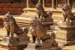 Efter morgenmaden fortsætter vi vores udforskning af Nepals kultur og historie, når vi tager ud til en anden af Katmandu Valleys gamle, kulturrige byer, som også rummer en lang række buddhistiske templer og klostre: Patan. Efter vi har udforsket Patan, kører vi ca. 32 km til et smukt opholdssted, hvorfra vi har en helt fantastisk udsigt til Himalaya. Her overnatter vi.