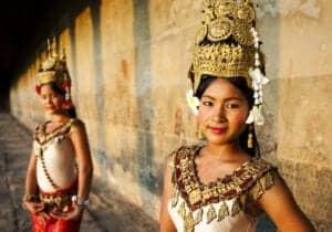 Velkommen til Cambodia. Når du har fået din bagage, står vores lokale engelsktalende repræsentant klar til at tage imod dig. Fra lufthavnen bliver du kørt til dit hotel, Lub d Cambodia, som ligger midt i Siem Reap. Uanset hvilken tid på døgnet du ankommer, vil du altid kunne finde på noget at lave i Siem Reap. I løbet af dagen kan du gå en tur i byen, tage på opdagelse med en cambodjansk tuk-tuk eller ligge og dase ved poolen. Om aftenen åbner byen op for et skønt natteliv, hvor du bl.a. kan tage med til et lokalt Khmer-marked, hvor du blandt andet kan du smage på det traditionelle Khmer-køkken. Kunne du tænke dig en drink, byder Siem Reap på en masse små pubs rundt omkring på den populære Pub Street. Du burde også prøve en cocktail på den populære Miss Wong Cocktail Bar eller Sokkhak River Lounge. Eventyret starter i morgen!