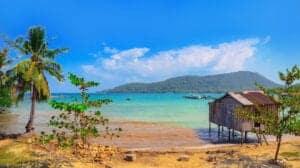 På dag 10 kører vi til Siem Reap lufthavn, hvorfra vi flyver en kort indenrigstur til Sihanouk Ville. Turen tager en times tid. Herfra sejler vi med speedbåd til øen Koh Rong. Fly, båd og transfer er selvfølgelig inkluderet i rejsens pris. Vi ankommer til Koh Rong, hvor de sidste dage af din ferie kommer til at gå med ren og skær afslapning i et sandt ferieparadis. Koh Rong nås med blot en times bådtur fra fastlandet, Sihanoukville. Trods den korte transporttid er forskellen utrolig. Koh Rong er et tropisk paradis med hvide sandstrande, turkisfarvet vand og grønne skove. På øen vil du opleve en afslappende tilværelse, der rummer færre turister end på fastlandet. Koh Rong ligger ud for kysten af Sihanouk-halvøen og er Cambodias næststørste ø med et areal på 78 kvadratkilometer. Øen er berømt for sin fredfyldte skønhed, og sammen med naboøen Koh Rong Samloen udgør den et sandt ø-paradis. Størstedelen af øens kyster er strande, og der findes mange små resorts med en skøn beliggenhed rundt omkring på øen. På den vestlige side af Koh Rong finder du Long Beach, som er øens fineste strand. Det er en 7 km lang, dråbeformet hvid sandstrand. Stranden går også under tilnavnet Sok San Beach, som den har fået efter fiskerbyen ved strandens nordlige ende. Longtailbåde sejler fra Koh Touchs mole til Long Beach, så solglade gæster kan komme på dagture med solbadning og svømning på den smukke strand. Du kan også selv gå hertil via en sti, som går gennem junglen fra Koh Touch Beach (ca. 1½ times vandring). I strandens sydlige ende finder du resortet The Royal Sands, og i den nordlige ende finder du Soksan Beach Resort. Under dit ophold bor du på Soksan Beach Resort.