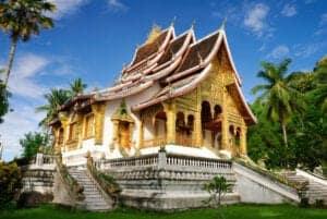 I dag besøger vi nogle af de gamle og kulturbærende royale bygninger. Vi besøger Wat Xieng Thong – ét af de største og mest dekorative templer i Laos – samt Wat Mai, som har en helt fantastisk smuk, forgyldt facade.  Herefter fortsætter vi mod det ældste royale palads, som er en stor bygning i centrum af byen, der indtil 1946 var hjertet af Lang Xang-kongeriget. I dag er det et nationalt museum, der huser sjældne, kulturelle og religiøse artefakter.  Efter besøget på nationalmuseet, går vi 328 trappetrin op til toppen af Mount Phousi, hvor vi får en fantastisk panoramaudsigt udover byen.   Til sidst besøger vi centeret Traditional Art & Ethnology Centre, som opbevarer og formidler information om landets mange etnisk minoriteter.