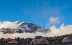 Denne dag byder på en kort vandretur, netop for at akklimatisere yderligere.   Efter en tidlig morgenmad, er det tid til at bestige den store Barranco-mur, der på engelsk hedder The Great Barranco Wall.   På afstand kan det godt se meget svært ud, men ofte siger bjergbestigere, at det ikke var så slemt, som det så ud.   Når du når op på toppen af muren, har du en fantastisk udsigt til Heim Glacier, og du befinder dig over skyerne.   Herefter fører stien dig op og ned i Karanga-dalen, indtil du når Karanga Camp.   Her får du aftensmad og overnatter.